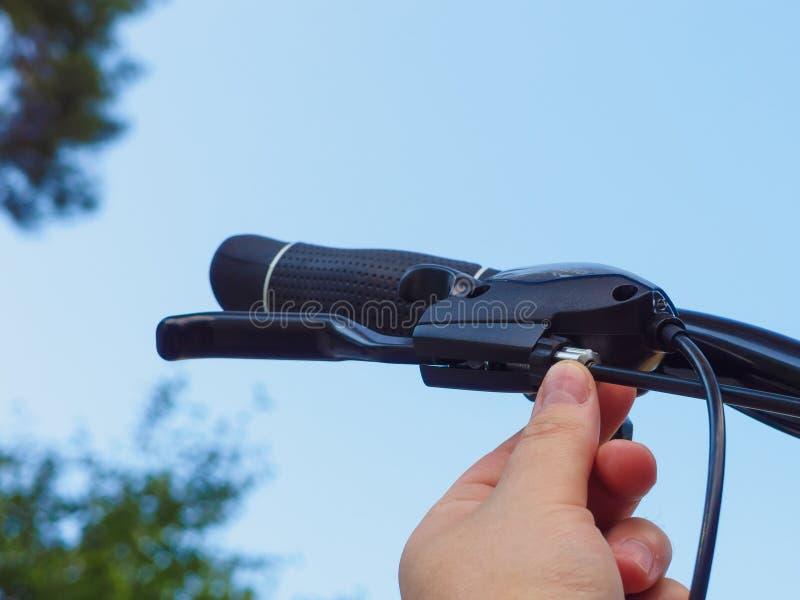 Adeguamento del cavo del freno della bicicletta fotografia stock