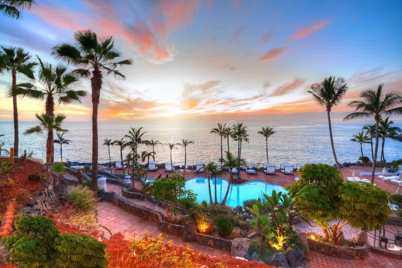Adeje kust bij zonsondergang in de zomervakantie, Tenerife stock foto