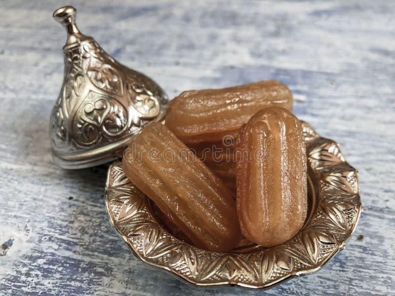 Adelação tradicional de turcos sobre mesa de madeira imagem de stock