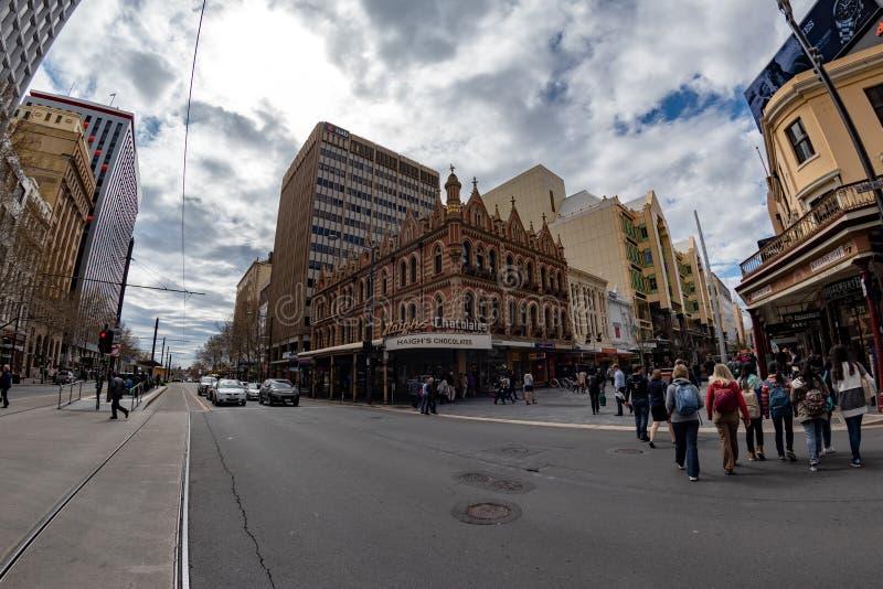 ADELAIDE, AUSTRALIA - 1 de septiembre de 2015 - gente que camina a lo largo de centro de ciudad imagen de archivo libre de regalías