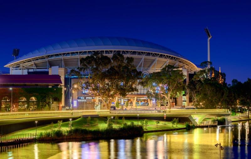 Adelaide Oval e ponte do pé de Torrens do rio na noite Efeito longo da exposição imagem de stock