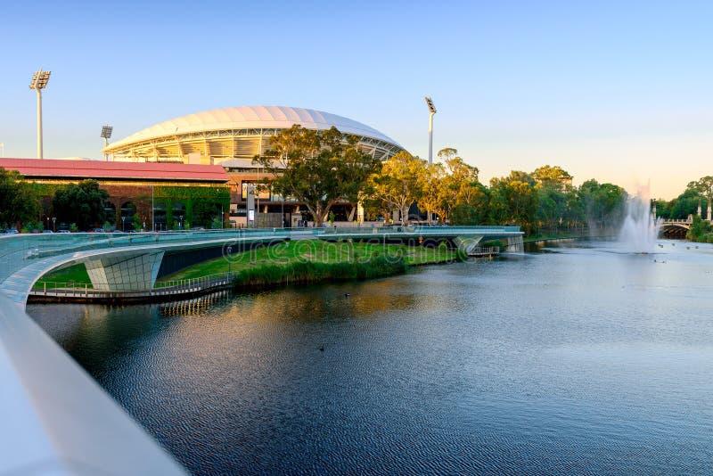 Adelaide Oval et pont de pied de Torrens de rivière image stock