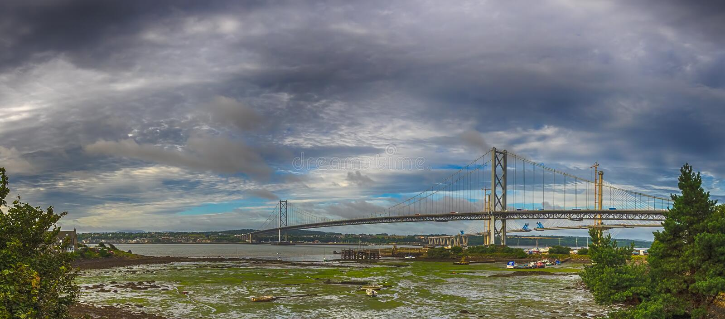 Adelante el carril tiende un puente sobre panorama foto de archivo