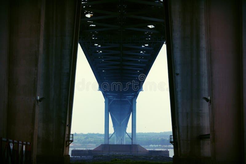 Adelante puente del camino - mirando de debajo imágenes de archivo libres de regalías