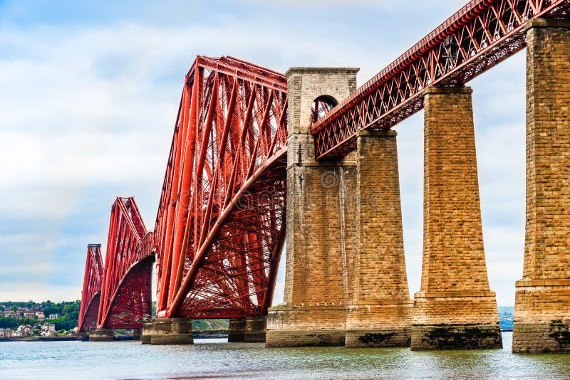 Adelante puente del carril sobre el brazo de mar adelante del estuario en Escocia foto de archivo