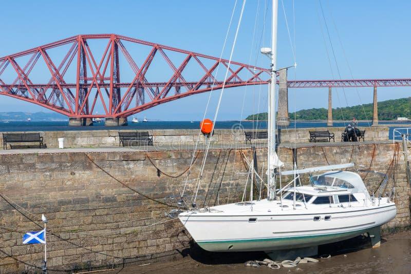 Adelante puente sobre brazo de mar de adelante cerca de Queensferry en Escocia foto de archivo libre de regalías