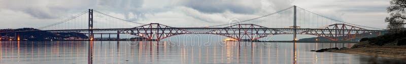 Adelante puentes del camino y del carril en una tarde inmóvil foto de archivo