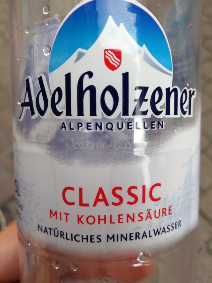 Adelholzener buteljerade vatten arkivbilder