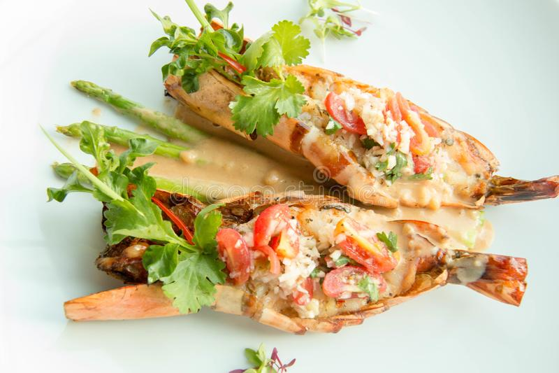 Adelicious grelhou o camarão do tigre com molho foto de stock royalty free