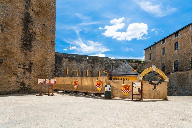 Adeln Sie ` s Stadion in Chateau de Sedan im Sommer lizenzfreie stockbilder