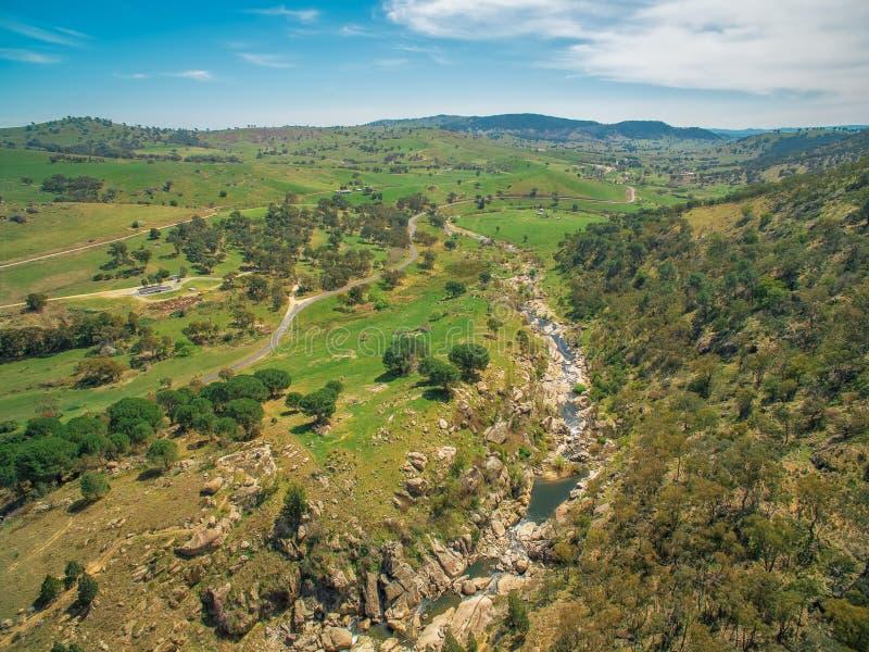 Adelong liten vik och sceniska kullar royaltyfri bild