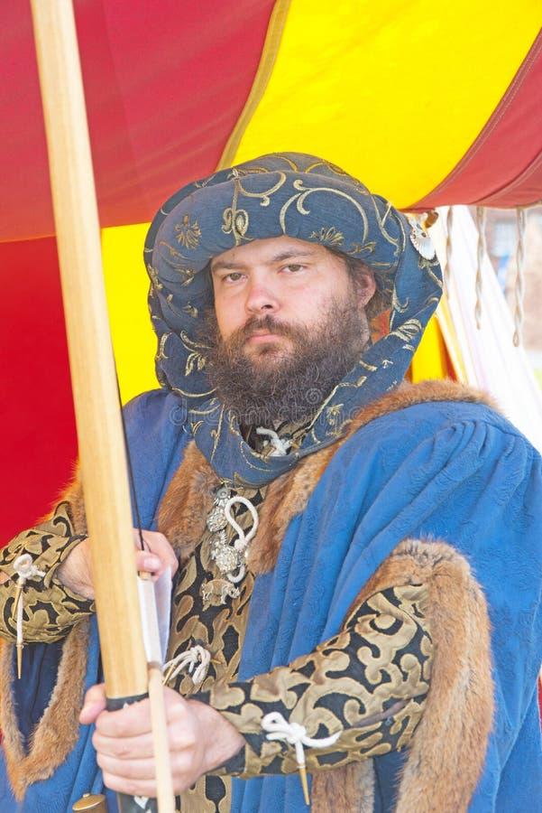 Adelsman eller riddare med pilbågen och pilen royaltyfri bild