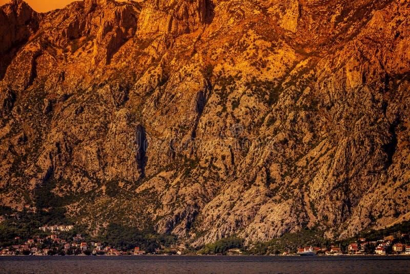 Adembenemend beeld van de zonsondergang in de Boko Kotor Bay van de Rocky Mountains Dinaric Alps en de Adriatische Zee van Monten stock fotografie