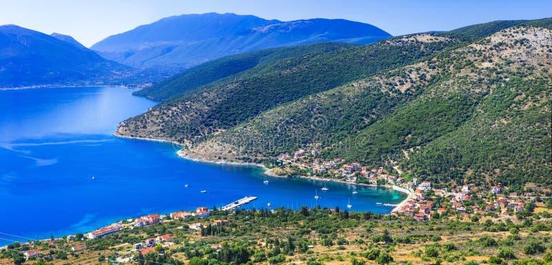 Adembenemend landschap van Kefalonia-eiland Weergeven van het dorp en de baai van Agia Efimia Griekenland stock foto's