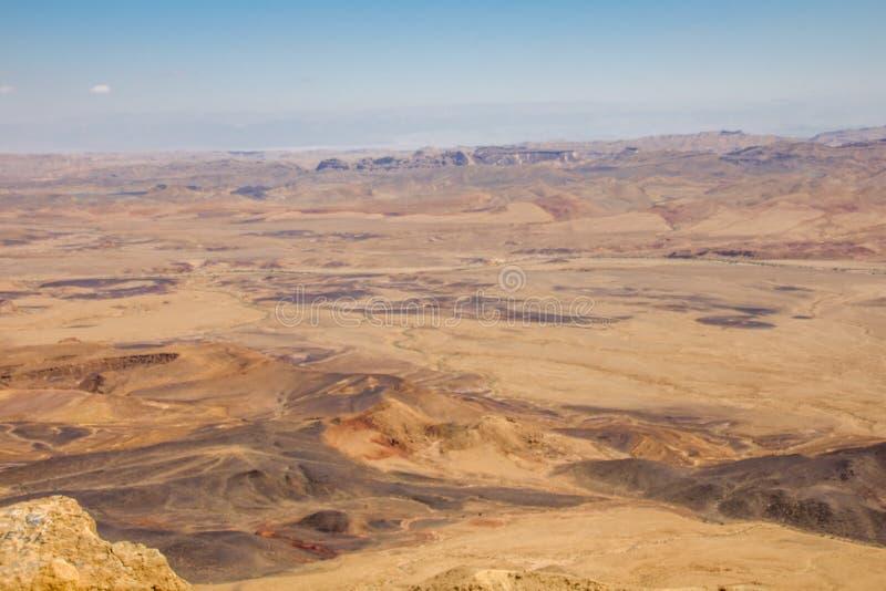 Adembenemend panorama van de krater van Ramon in de Negev-Woestijn Zuidelijk Israël stock foto