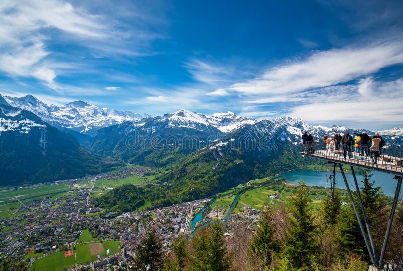 Adembenemend satellietbeeld over Interlaken en Zwitserse Alpen van Harder Kulm-Weergevenpunt, Zwitserland stock afbeeldingen