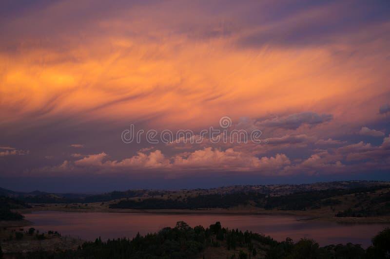 Adembenemend zonsonderganghemel en landschap met rivier royalty-vrije stock foto