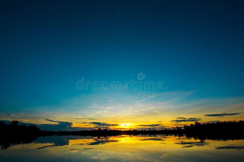 Adembenemend zonsonderganglandschap royalty-vrije stock foto's