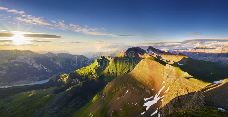 Zwitsers bergpanorama bij zonsondergang royalty-vrije stock fotografie