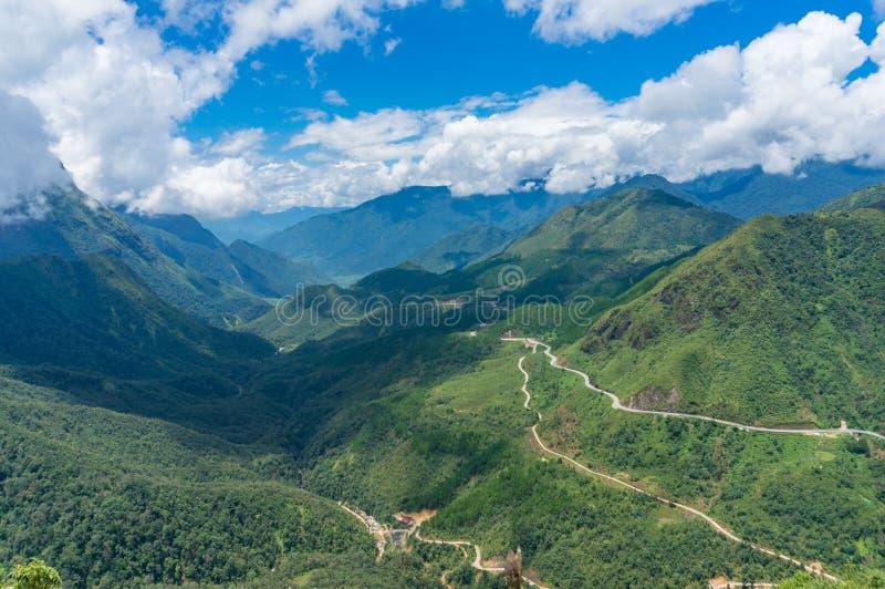 Adembenemende mening over tropische bergvallei royalty-vrije stock fotografie