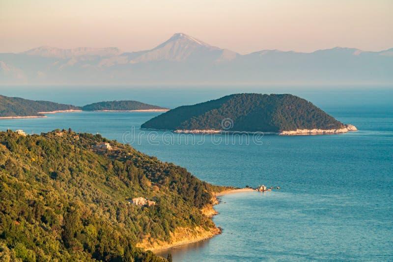 Adembenemende mening van Glossa, Skopelos-eiland naar het overzees en kleine groene eilanden royalty-vrije stock afbeelding