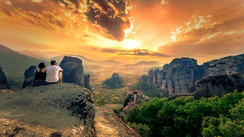 Adembenemende mening van het Klooster van Meteora Roussanou bij zonsondergang, Griekenland stock afbeelding