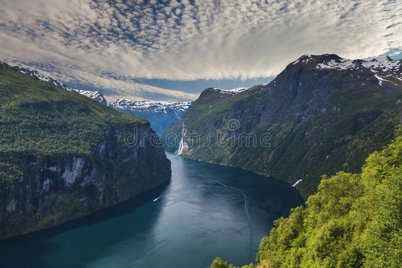 Adembenemende mening van Sunnylvsfjorden-fjord dichtbij Geiranger-dorp in westelijk Noorwegen stock afbeelding
