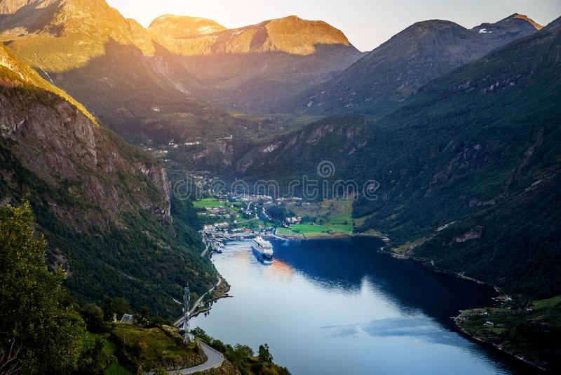 Adembenemende mening van Sunnylvsfjorden-fjord dichtbij Geiranger-dorp in westelijk Noorwegen stock fotografie