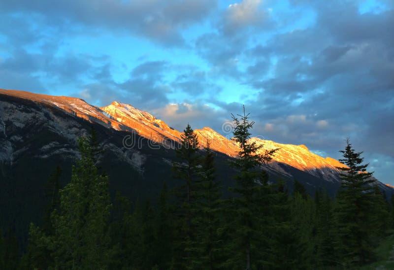 Adembenemende mening van zonsondergang - Canadese Rotsachtige Bergen in Jasper National Park stock fotografie