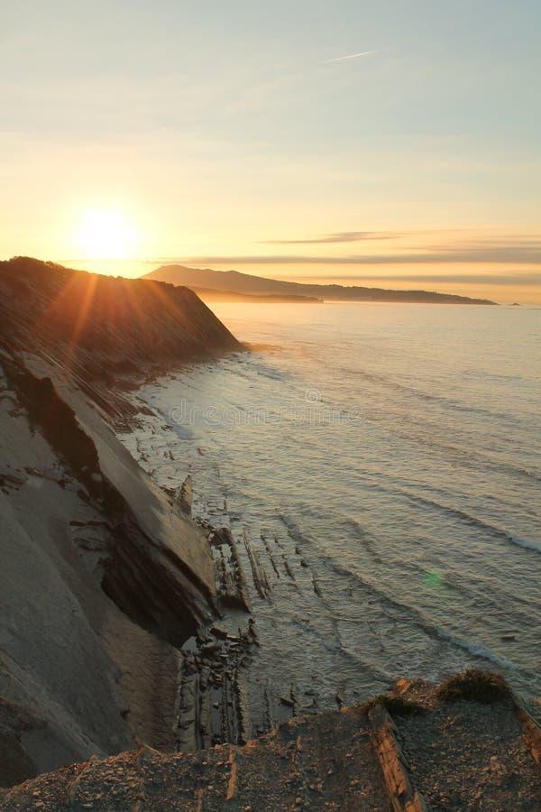 adembenemende prachtige zonsondergang op Atlantische kust op de richel in verticale mening royalty-vrije stock foto