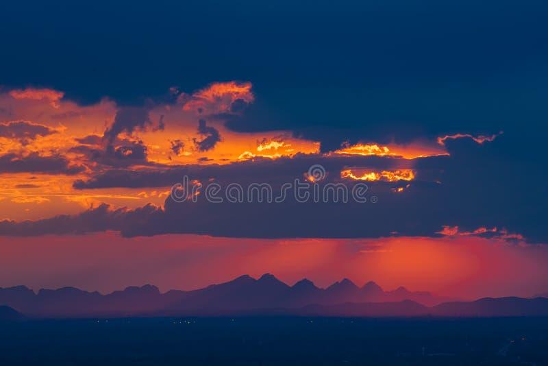 Adembenemende silhouetzonsondergang boven de berg, Gevestigde Nongbualunphu Provice stock afbeelding