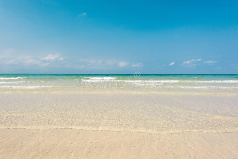 Adembenemende turkooise overzees, Exotisch strand met zachte golf stock foto