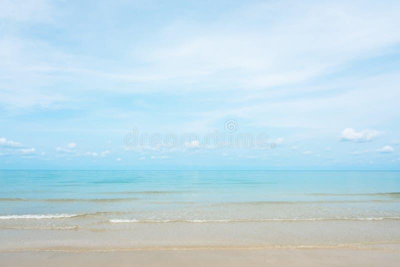 Adembenemende turkooise overzees, Exotisch strand met zachte golf en duidelijk strand stock foto's