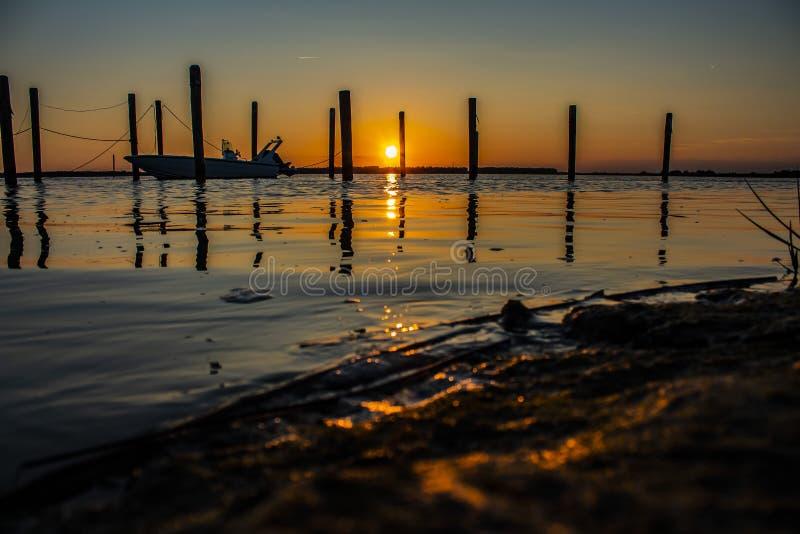 Adembenemende zonsondergang op de zeehaven royalty-vrije stock afbeelding