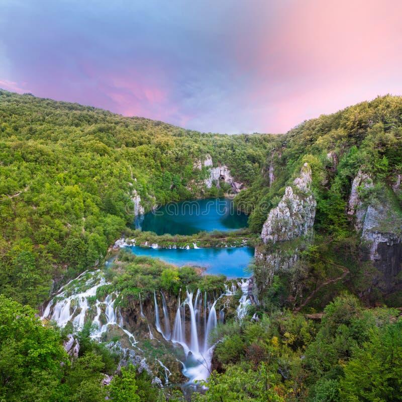 Adembenemende zonsondergangmening met watervallen stock fotografie