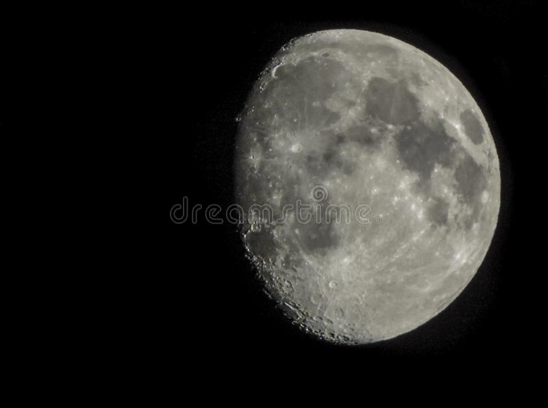 Adentro enfocada foto de la luna fotos de archivo