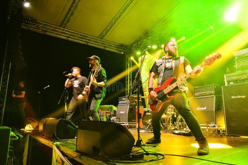 Adeus ao grupo de rock da gravidade vivo na fase imagens de stock