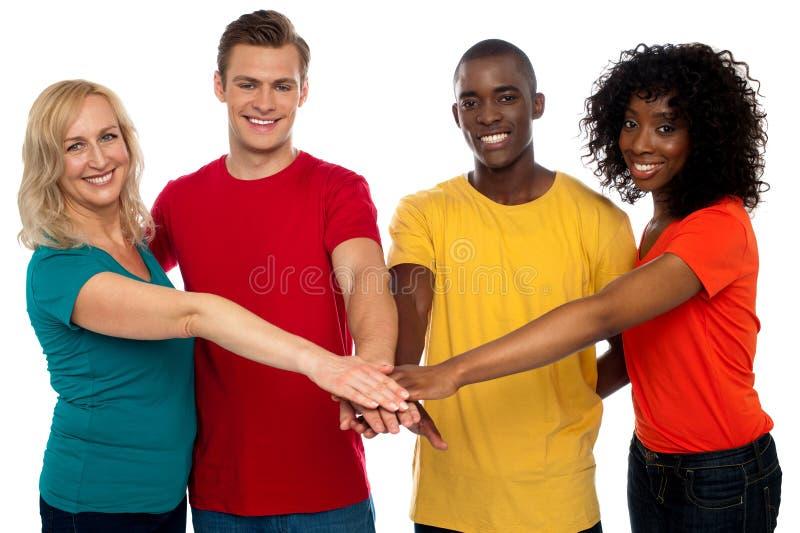 Adhérence de quatre amis. Groupe heureux image stock