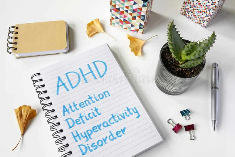 ADHD-de Hyperactiviteitwanorde van het Aandachtstekort in notitieboekje wordt geschreven dat royalty-vrije stock foto