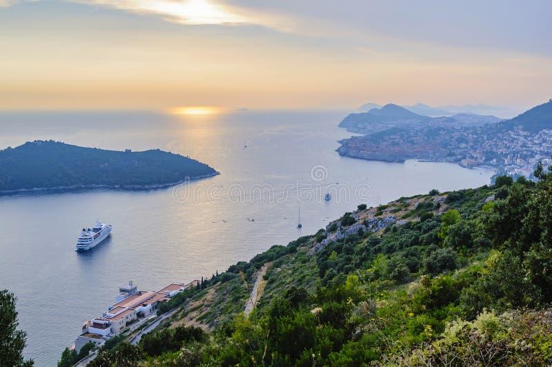 Adian海、海岛Lokrum和市的看法日落的杜布罗夫尼克 克罗地亚 免版税库存照片