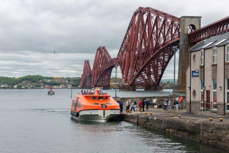 Adiante ponte em Escócia com os passageiros de desembarque do navio de cruzeiros macio imagens de stock