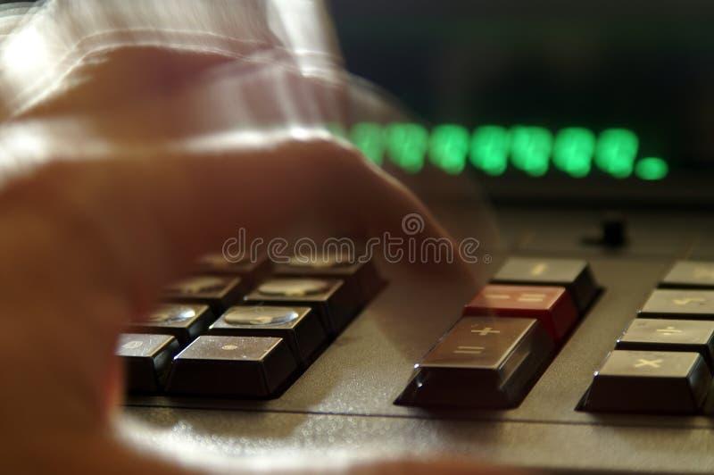 Adición de números en la calculadora 2 fotos de archivo