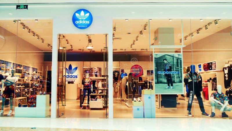 Adidas adatta la parte anteriore del negozio del deposito immagini stock libere da diritti