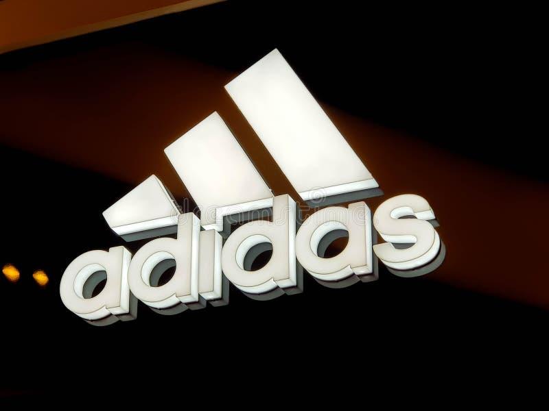 Adidas affärslogo i lokal galleria arkivfoton