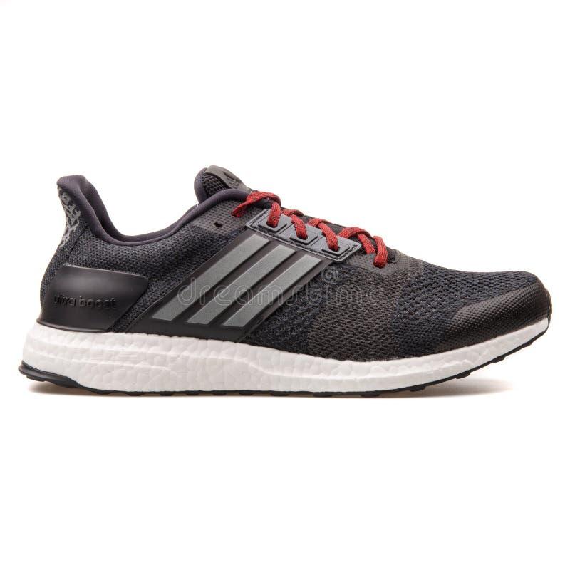Adidas laden ultra St.-Schwarzturnschuh auf lizenzfreie stockfotos