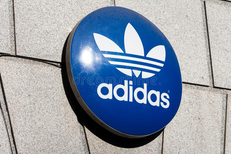 Adidas logo på det Adidas lagret royaltyfri fotografi