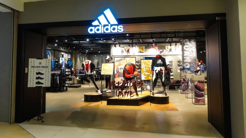 Adidas mette in mostra la parte anteriore della vendita al dettaglio fotografia stock