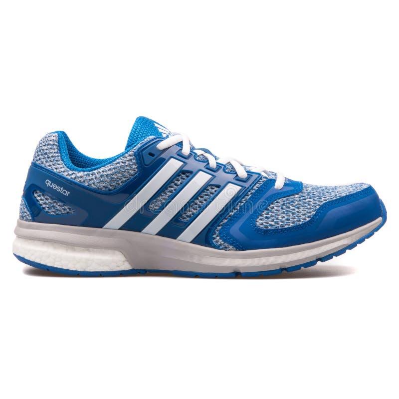 Adidas Questar blauer und wei?er Turnschuh lizenzfreie stockfotografie