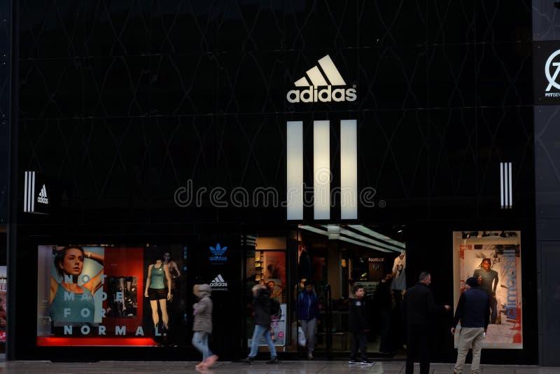 Adidas shoppar logo i Frankfurt arkivfoto
