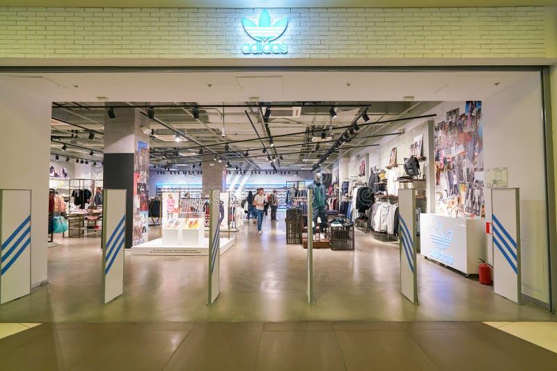 Adidas speichern lizenzfreie stockfotografie